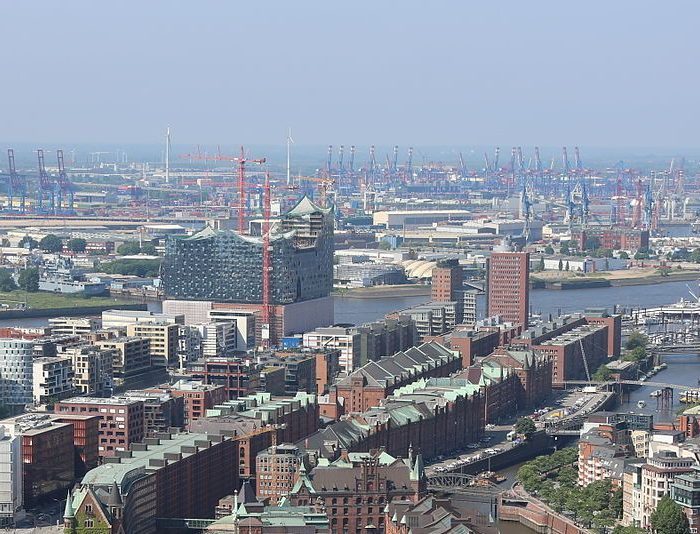 "Hamburg Speicherstadt, 2013-06-08 Highflyer HP L4715"" by Alchemist-hp (talk) - Own work. Licensed under CC BY-SA 3.0 via Wikimedia Commons"